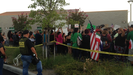 SusanKnowles-com-Murrieta-protesters